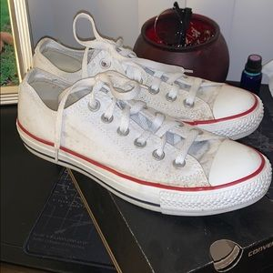 Dirty white converse perfect for a festival 🎉